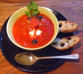 Tomatensuppe mit Feta und Oliven - Wie wäre es mit einer Tomaten-Suppe, die nach Sonne und Sommer schmeckt?