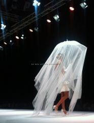 Alla sfilata di @Passaro Sposa, abito corto a balze stile Charleston su una pioggia di tulle e cristalli tenuta da un suggestivo ombrellino bianco http://lamiastilistapersonale.wordpress.com/2013/11/17/alla-sfilata-di-passaro-sposa-i-commenti-e-gli-abiti-piu-belli/