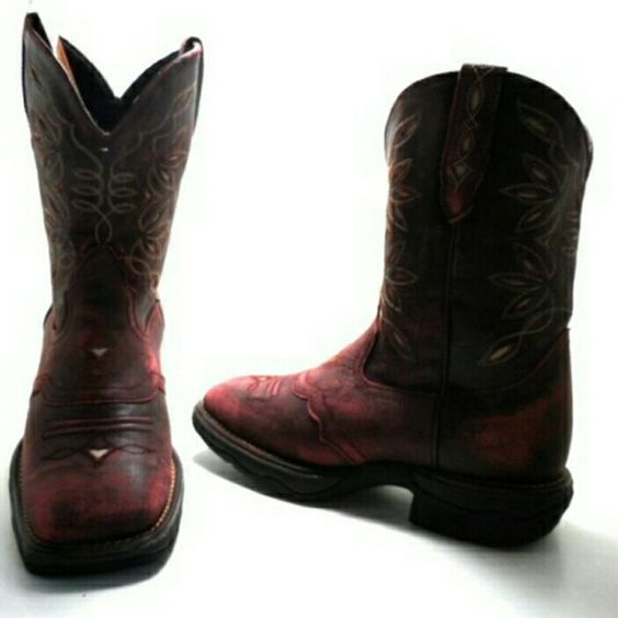 Womens Laredo Cowboy boots SIZE 8 These are preowned, authentic Laredo Cowboy boots. They are a red crackle color with designs through out and a square toe. Size women's 8. Are in good condition, only worn a few times but I do not have the original box. No trades. Thanks for looking! Laredo Shoes