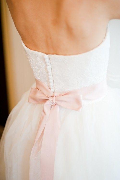 geknöpftes Kleid mit rosa Schleife (JT)