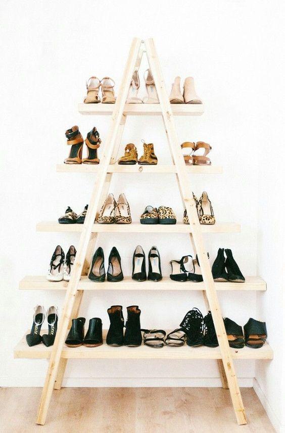 Une Tour Range Chaussures A Fabriquer Soi Meme Avec Des Echelles Une Idee Diy Pour Le Rangement D Premier Appartement Decoration Studio Decor Meuble Chaussure