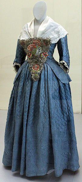 File:1760 Zweiteiliges Damenkleid anagoria.JPG Zweiteiliges Damenkleid, 1760; Germanisches Nationalmuseum Nürnberg. Das Ensemble ist über einer wärmenden Wattierung in reicher Steppstickerei ausgeführt.