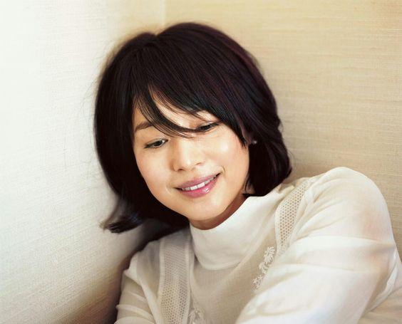 前髪が長めの黒髪な石田ゆり子