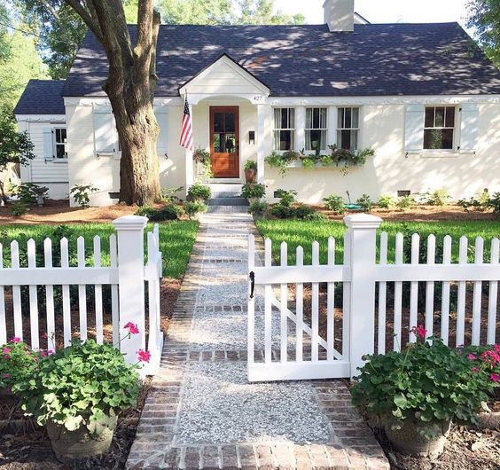 White picket fences picket fences and fence on pinterest for Photos of cute houses