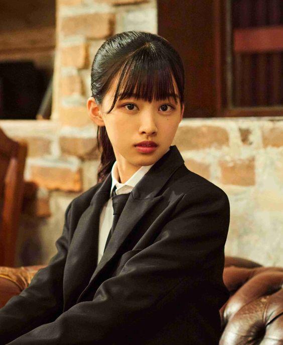 黒いジャケットを着たポニーテールの原田葵の画像
