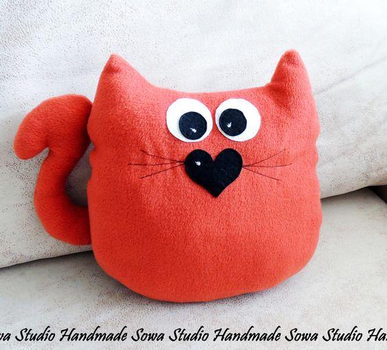 Katze - Kissen - Maskottchen - Zimmerdekoration von Sowa Studio Handmade auf DaWanda.com