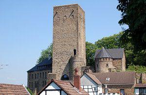 Burg Blankenstein, Majestätisch erhebt sich der Turm der Burg Blankenstein, von dessen Plattform man einen schönen Blick über das Ruhrtal und den historischen Ortskern von Blankenstein hat. Dort lädt das Stadtmuseum zu einem Spaziergang durch die Geschichte Hattingens ein.