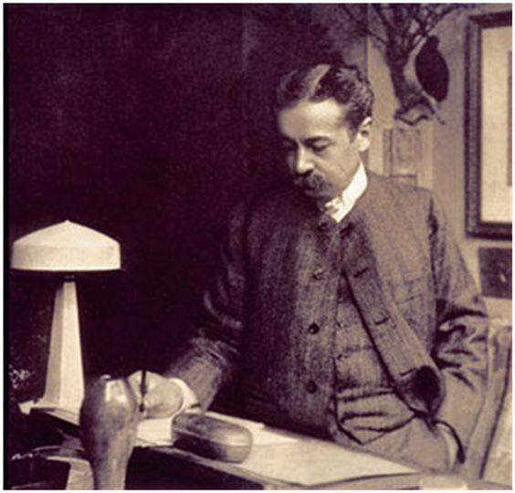René Jules Lalique (1860 - 1945) célèbre joaillier français. Connu pour ses bijoux d'inspiration Art Nouveau et son utilisation de matériaux nouveaux dans la bijouterie tels que la bakélite, la chrysoprase et le verre.