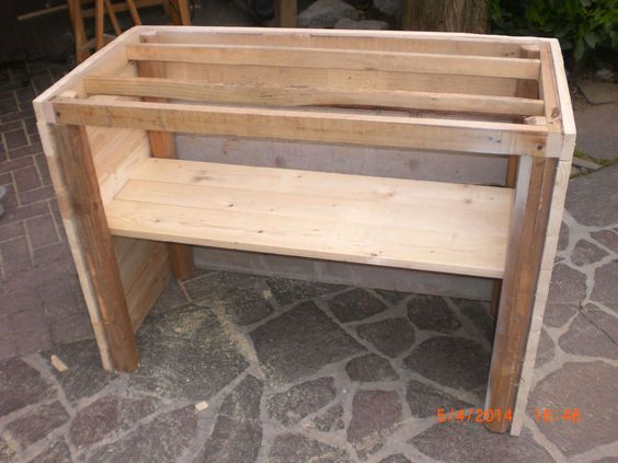 Cool Fioriera Porta Attrezzi / Pallet Planter Toolbox  #garden #palletplanter #recyclingwoodpallets Garden planter entirely made with pieces from salvaged wooden pallets, old planks and wooden shutters roller furling.   Completamente fatto con pe...