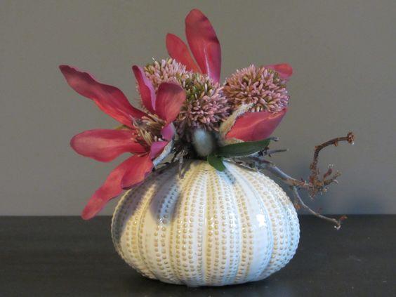 Fijn keramiek vaasje met oudroze zijden magnolia's, een kunst allium en afgewerkt met een decoratie takje. www.abonneefleur.nl