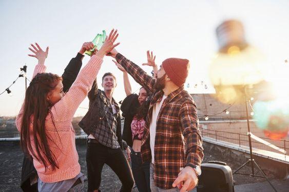 Grupo de hombres y mujeres divirtiéndose al aire libre
