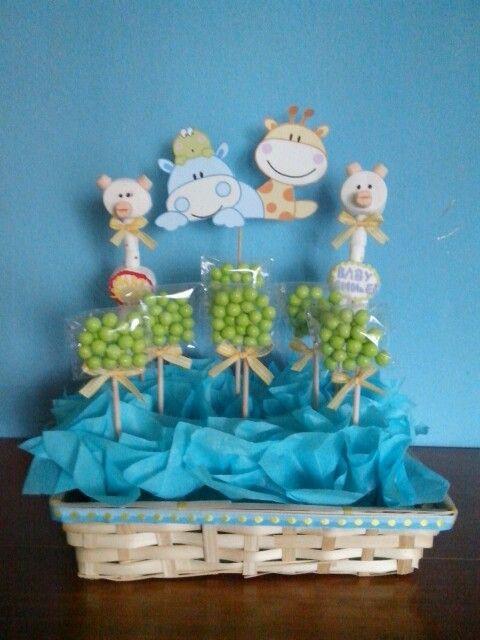 Lindo centro de mesa con dulces y jirafas hechas con - Como hacer centros de mesa con dulces para bautizo ...
