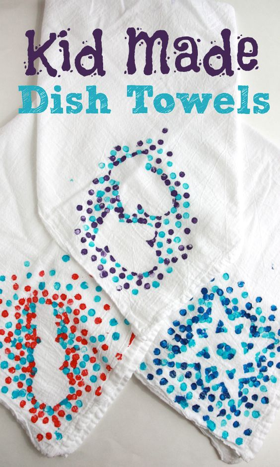 These kid-made dish towels are such a fun and simple way for kids to help make gifts for the special people in their lives!: