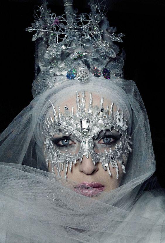 The Ice Witch by TheWastelandWitches Die Maske ist mit Heißkleber gemacht. Kopfbedeckung gefällt mir sehr gut.
