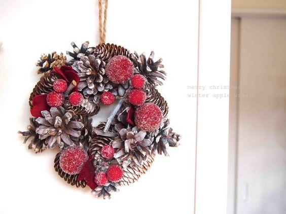 自然素材で作られたクリスマスリース。赤とシルバーのシンプルリースなので、お部屋を引き立ててくれそう!小さなサイズでお部屋の扉などに飾ると可愛いです。お部屋を明... ハンドメイド、手作り、手仕事品の通販・販売・購入ならCreema。