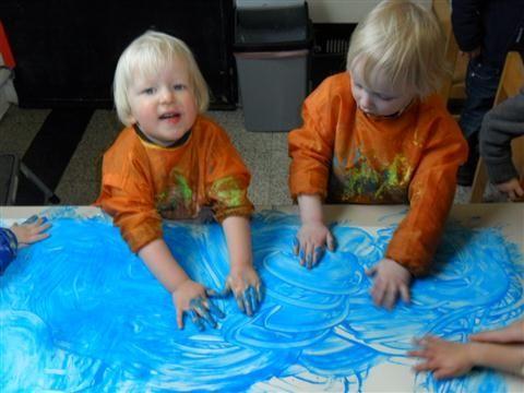 Verf en behangerslijm : vissen tekenen in zee (http://kleuterhoekjejongstekleutersnokere.skynetblogs.be/archive/2012/04/14/thema-het-huis-van-familie-versluis-gezonde-voeding-05-03-20.html)