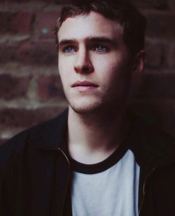 Iain De Caestecker (Agents of S.H.I.E.L.D.) Okay, I love every character on this show (some more than others, of course), but you CANNOT tell me that Fitz is not a babe ;)