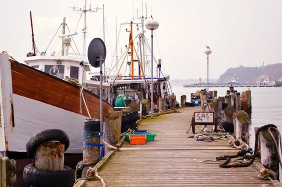 Für uns ging es hoch hinaus in den Norden der Insel Rügen, in den Hafenort Sassnitz. Wir residierten hoch über dem kleinem Hafen im alten Lotsenturm mit Blick auf die Mole und den Schiffsverkehr....…..weiter geht es unter: www.welt-sehenerleben.de  #Rügen #Ostsee #Urlaub