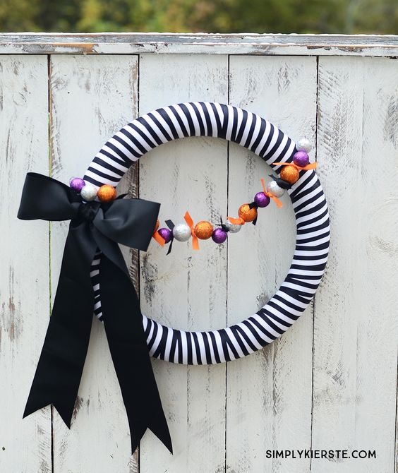 Striped Halloween Wreath | simplykierste.com