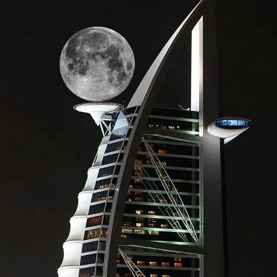 Full moon over the Burj Al Arab luxushotel in Dubai