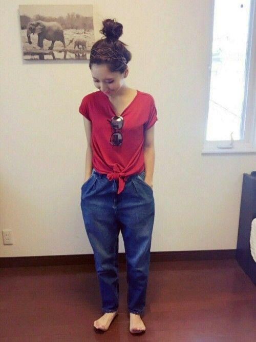 今日は赤×青のパキッとしたコーデです 🙌笑*: ハイウエストマム履いたのに 脚が短いのはしーっ!