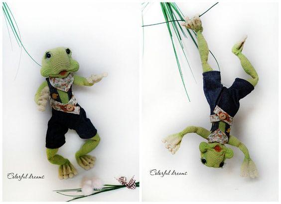 Der Frosch ist ca. 38cm groß. Je nach Wollstärke kann er kleiner oder größer werden. Der Draht als Gerippe im Körper ermöglicht die Arme, Beine und den Kopf in alle Richtungen zu biegen und zu festigen. PDF FORMAT! Keine fertige Figur. Die Anleitung