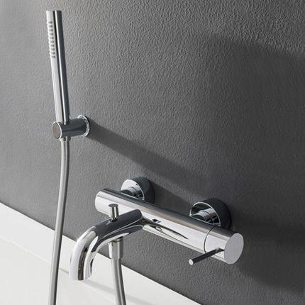 Mitigeur bain/douche mural en applique fabriqué en laiton finition chromé avec bec arrondi, douchette à main et support de douchette murale fixe. Il est temps que la qualité vous accompagne sous la douche.