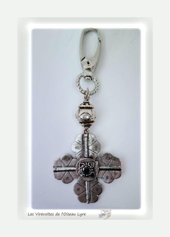 """Bijou de sac, porte-clés en métal argenté. Croix de Malte. """"Les chapelets de l'ère cybernétique"""". Pièce unique. : Autres bijoux par les-virevoltes-de-l-oiseau-lyre"""