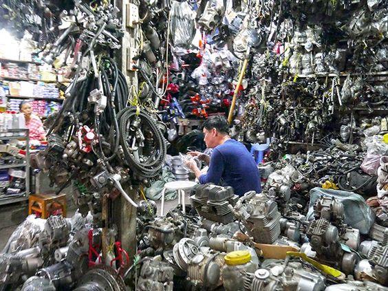 Một cửa hàng bán phụ tùng ở chợ Nga