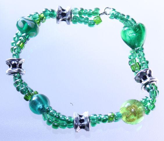 Grünes Armband , Rocailles , Metallperlen und Glasperlen auf elastisches Gummi aufgezogen. € 4.95