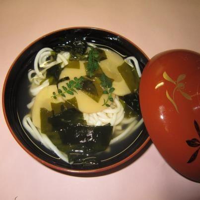 3月18日高野山は、三寒四温の言葉通りの気候となりました。写真は昨日の振舞料理の大平です。高野山の精進料理では最後に麺類が供されます。長崎県の五島うどんにわかめと竹の子をのせ、木の芽を添えあんかけうどんとしました。  Vegetarian noodles