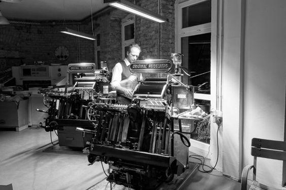 """Handarbeiter wie der Drucker und Schriftsetzer Martin Z. Schröder. Er arbeitet mit zwei """"Original Heidelberger Tiegeln"""", eine Druckerpresse, die bereits 1913 entwickelt wurde"""