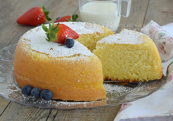 Torta al latte caldo ricetta dolce facile, una delle torte più buone del mondo, sofficissima spugnosa umida , ideale sia da sola o farcita