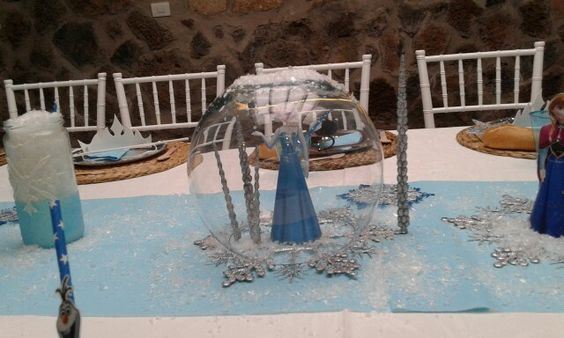 Mesa infantil decorada con temática de frozen. Espectacular resultado. Glitter pretty party.