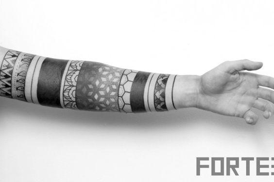 Découvert via Instagram, Dillon Forte est un tatoueur assez mystérieux, on trouve assez peu d'informations sur lui… Présentons son travail en quelques mots: noir et blanc, pointillisme et géométrie sacrée.  Effectivement, Dillon est très inspiré par le mysticisme égyptien et tibétain, la géométrie sacrée est, pour lui, une source inépuisable. Le mieux pour découvrir son art, c'est encore de parcourir ses réalisations dans les images qui suivent !