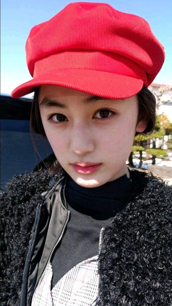 赤い帽子を被った八木莉可子
