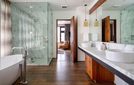 Grande et luxueuse salle de bains avec tous les conforts de cette maison rustique
