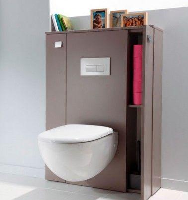 Du gris souris pour le meuble, du blanc pour la cuvette suspendue et une pile de papier toilette rose, voilà une déco harmonieuse