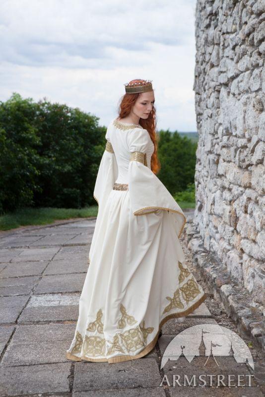 """""""Robe blanche nuptiale « L'Adoubement » Nous avons essayé de reproduire exactement la coupe et le style de la robe de Guenièvre."""" ArmStreet"""