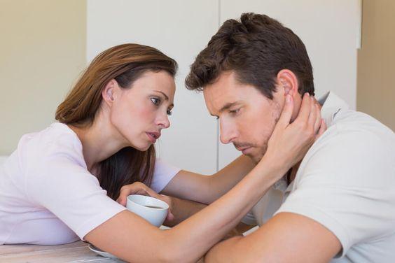 una pareja heterosexual discutiendo