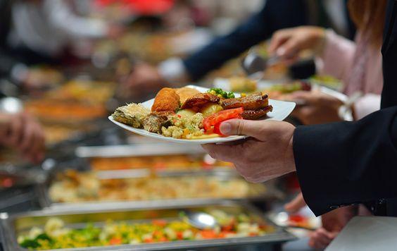 Kort geleden berichtten we dat eten met vaste tussenpozen je geestelijk welzijn bevordert. Dat klopt nog steeds, maar het is ook waar dat het levensverlengend is om regelmatig een maaltijd over te slaan. Bekend was al het 5:2-dieet – vijf dagen normaal eten, twee dagen vasten – beschermt tegen allerlei welvaartsziekten. Nu blijkt zelfs dat een extremer voedingspatroon een langere levensduur bevordert, ofwel; één dag hongeren, de andere dag schransen. Onderzoekers lieten een groep mensen de…