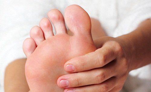 Nuestros pies necesitan de cuidados muy especiales para relajarse después de un día difícil y mantener la piel libre de células muertas. El bicarbonato te puede ayudar a mantener los pies muy bellos y sanos, con tan sólo mezclar tres cucharadas de bicarbonato de sodio en un recipiente con agua y remojar allí los pies por 10 minutos.