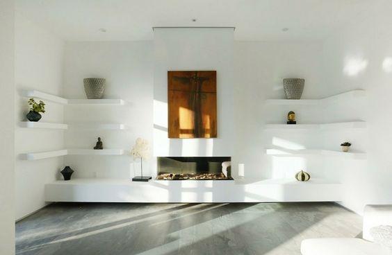 Die weiße Wohnwand ist modern und schlicht gebaut Kamin