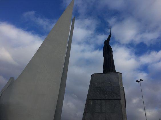 Два монумента рядом