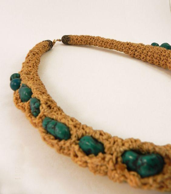 tejido con hilo encerado beige y piedras verde manganeso