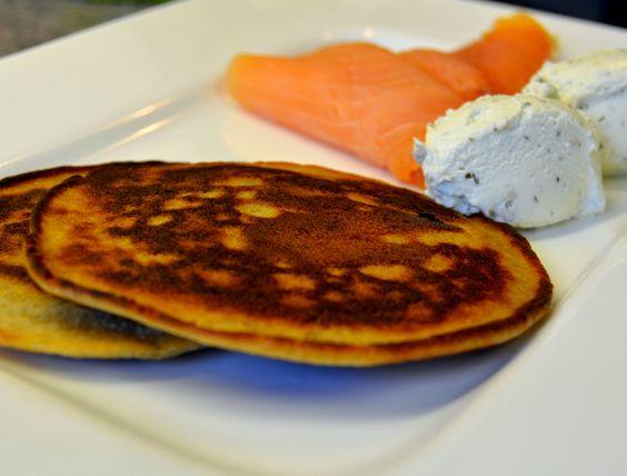 Roh Nudel Pancake mit Kräuterfrischkäse und Lachs