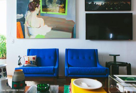 11-decoracao-sala-estar-quadros-poltrona-vintage-azul