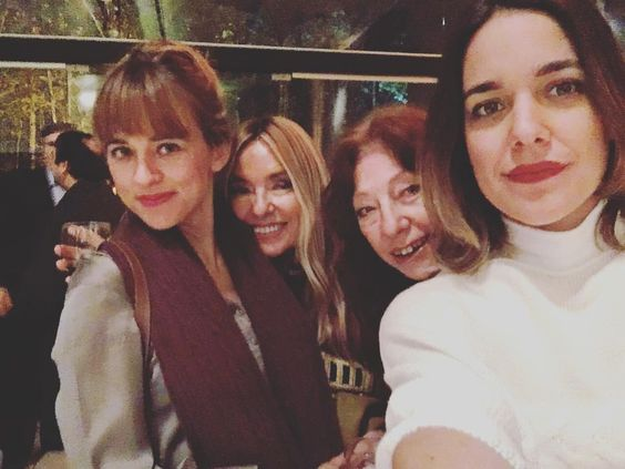 Emilia con su mamá y sus hijas