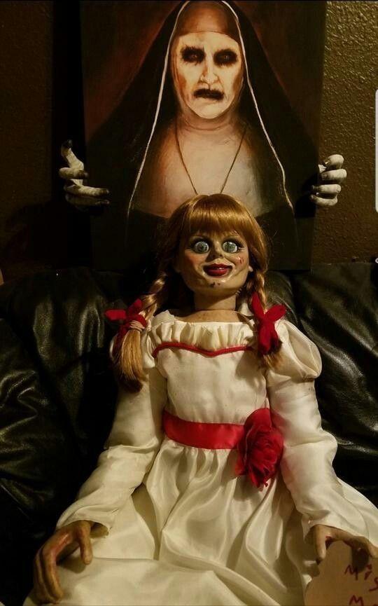 Annabelle Um Dos Melhores Filmes De Terror Da Atualidade Com Certeza Aqui Você Verá Umas Das Mais Icônicas Imagens De A Annabelle Doll The Conjuring Doll Props
