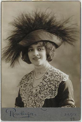 Reutlinger Léopold (1863-1937) Jane Renouardt en buste, avec un chapeau à plume Vers 1910: